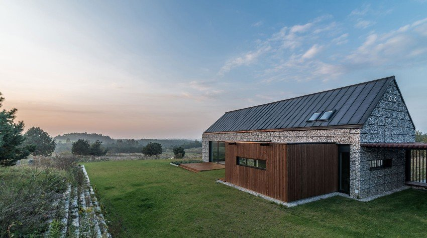 Planos de una Casa de un piso incrustada en su paisaje, Volúmenes simples y materiales naturales por Kropka Estudio