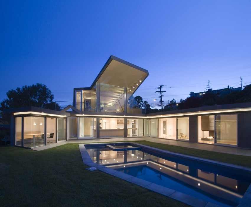 Plano de Moderna Residencia con una espectacular diagonal en voladizo en el techo