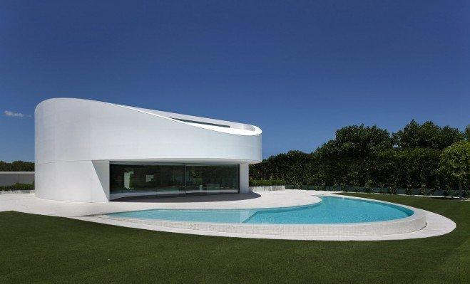 Planos de una casa en forma elíptica en España con un carácter futurista: Casa Balint